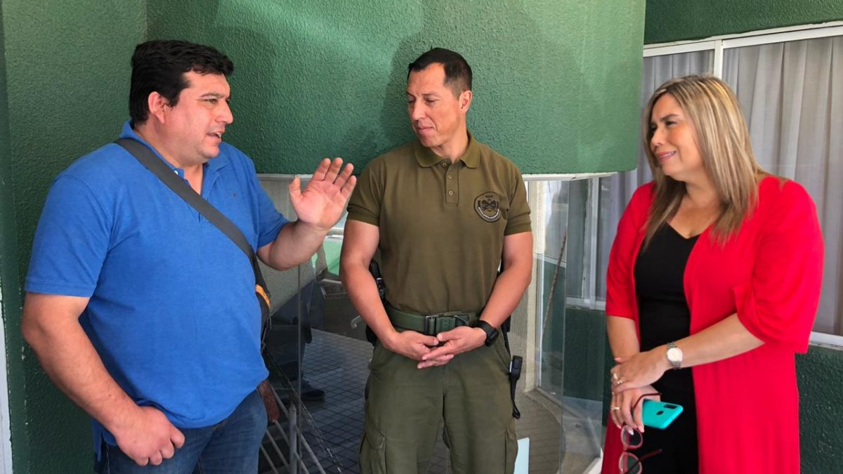 Gobernadora de Marga Marga se reúne con locatarios del Mercado de Quilpué para abordar situación del comercio ambulante.