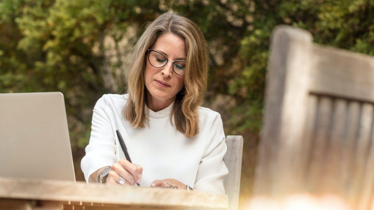 "Corfo invita a mayores de 55 años a postular becas de capital humano ""seniors"""