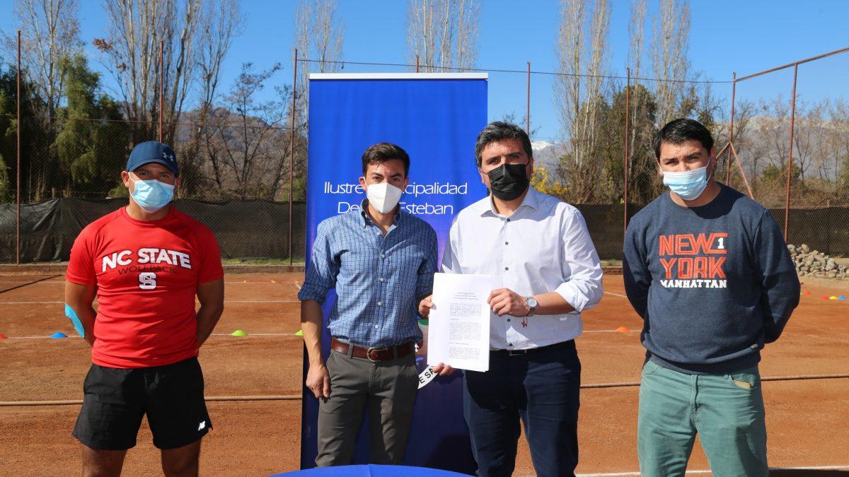 Convenio entre Municipio y Club de Tenis San Esteban permitirá que vecinos practiquen este deporte de manera gratuita