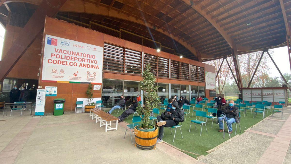 Vacunatorio de Cesfam Centenario se traslada desde Universidad de Aconcagua al Polideportivo de Codelco