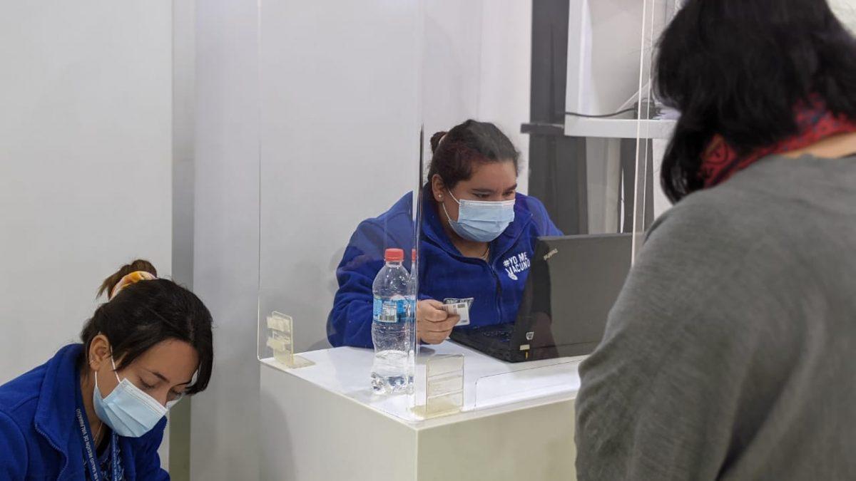En terrenos del Hospital Adriana Cousiño de Quintero atiende el vacunatorio móvil de Minsal